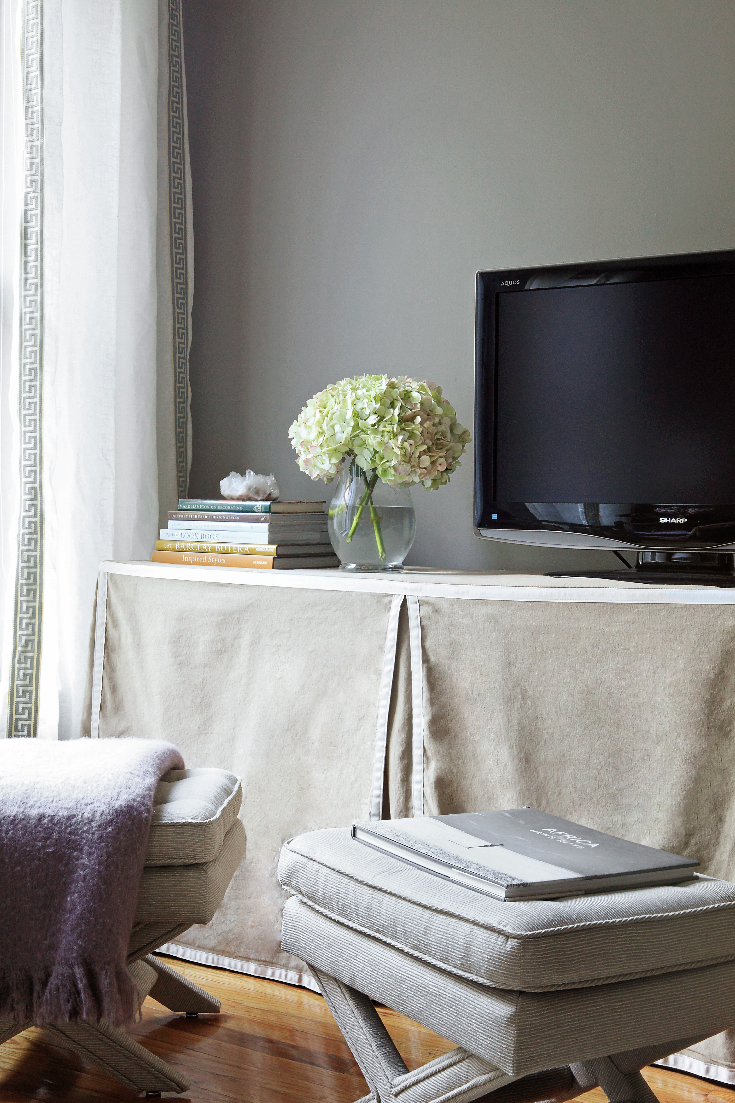 Trends we love skirted tables nicole gibbons style - Table haute console ...