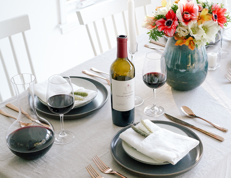 Modern_Thanksgiving_Friendsgiving_Table_Setting_2